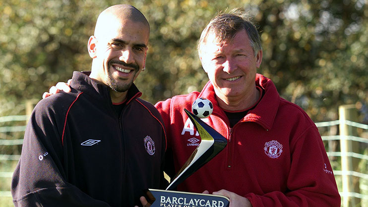 Headline: Veron has got the lot JUAN SEBASTIAN VERON RECIEVES HIS PLAYER OF THE MONTH AWARD FROM MANAGER ALEX FERGUSON. DATE: 12.10.2001 (c) PICTURE BY MARK ROBINSON / SUN