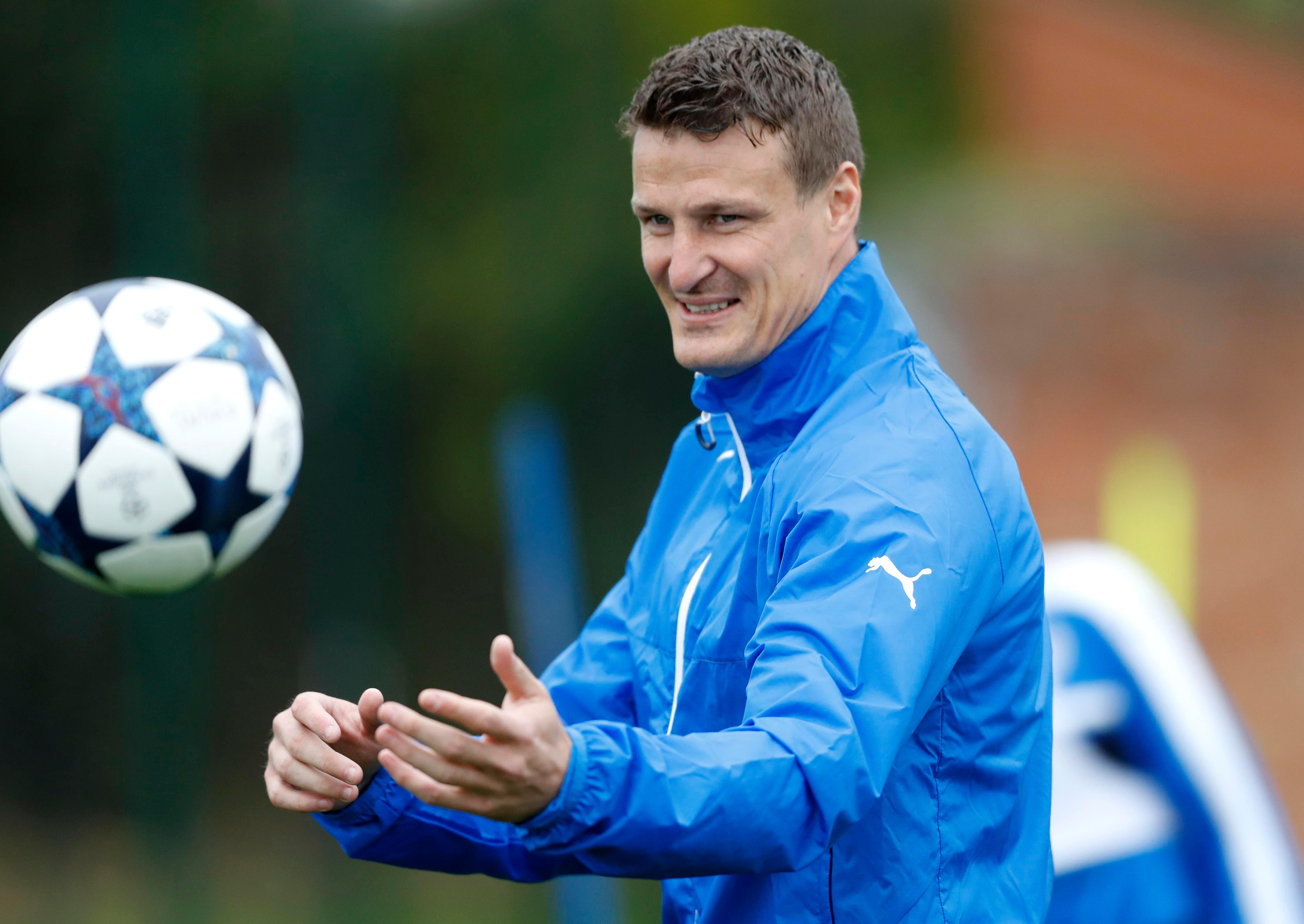 Leicester defender Robert Huth has hilariously trolled Arsenal's Alexis Sanchez on Twitter