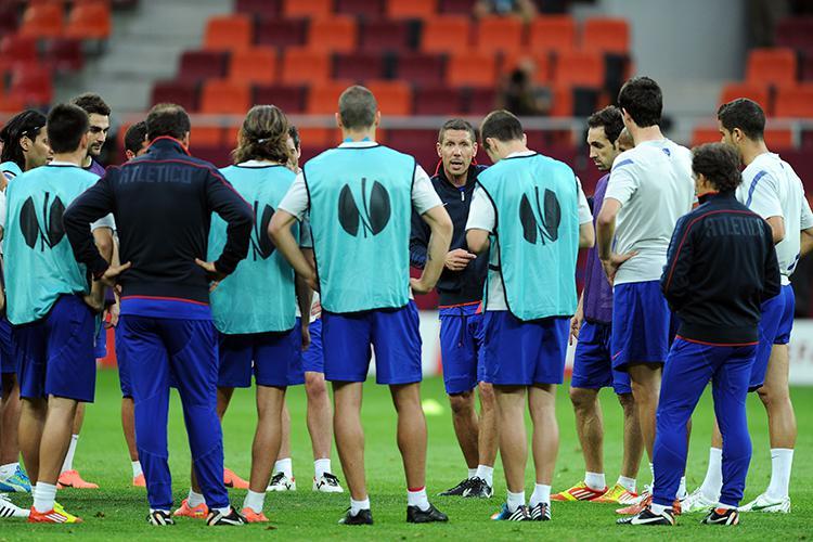 Simeone talks to his squad ahead of the 2011/12 Europa League final