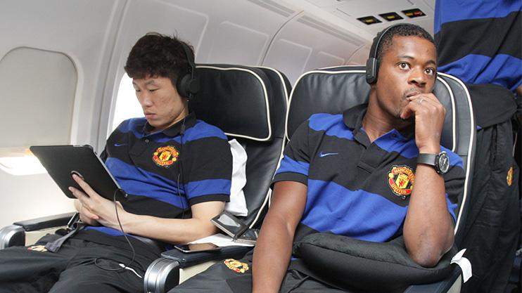 Park Ji-Sung and Patrice Evra board a flight to an away game