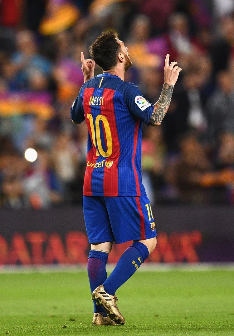 Messi gestures to the heavens