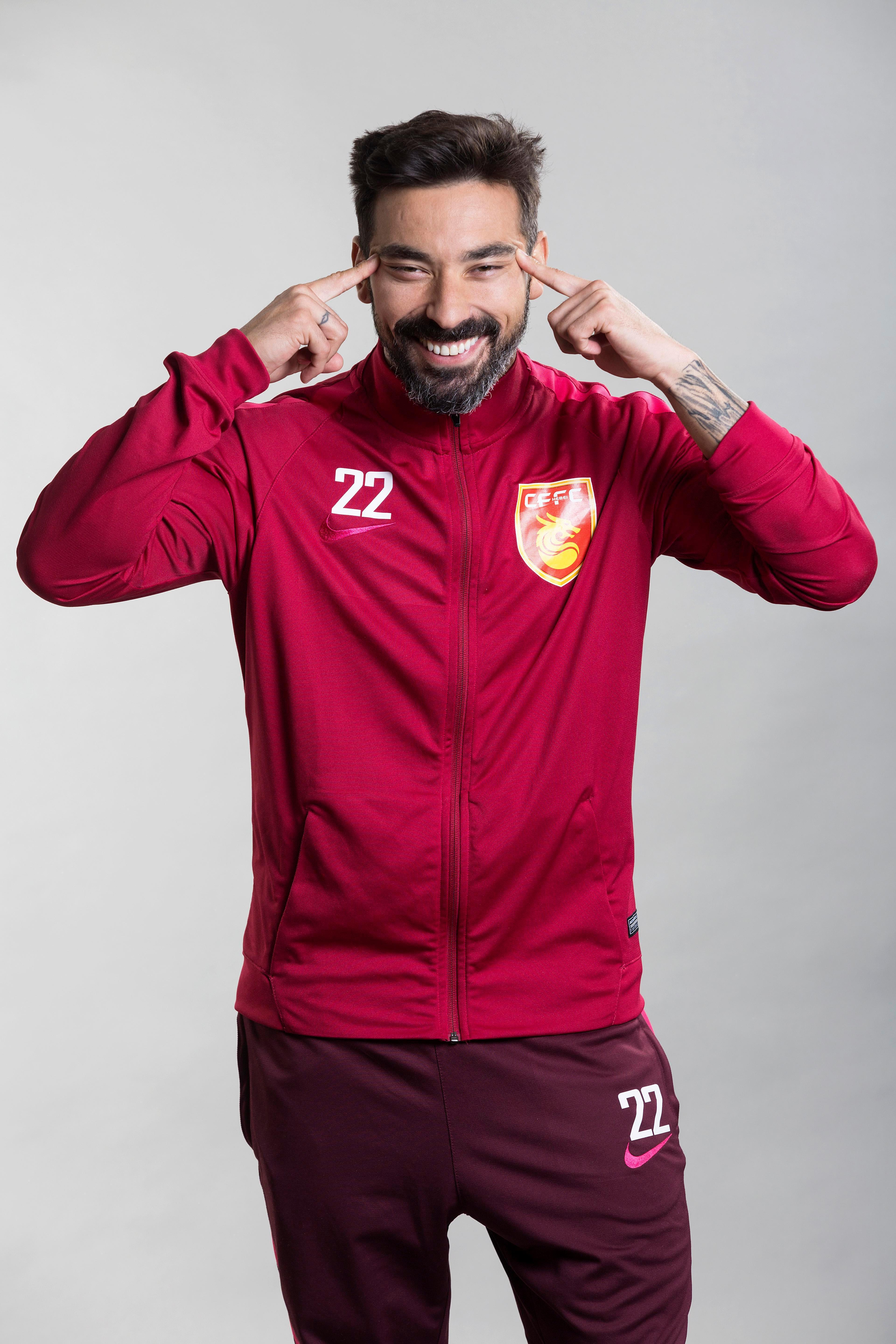 Ezequiel Lavezzi apologised for this gesture during a photoshoot weeks ago