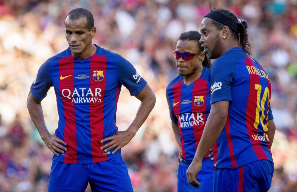 Rivaldo, Ronaldinho and Edgar Davids gather over a free-kick at the Nou Camp in 2017
