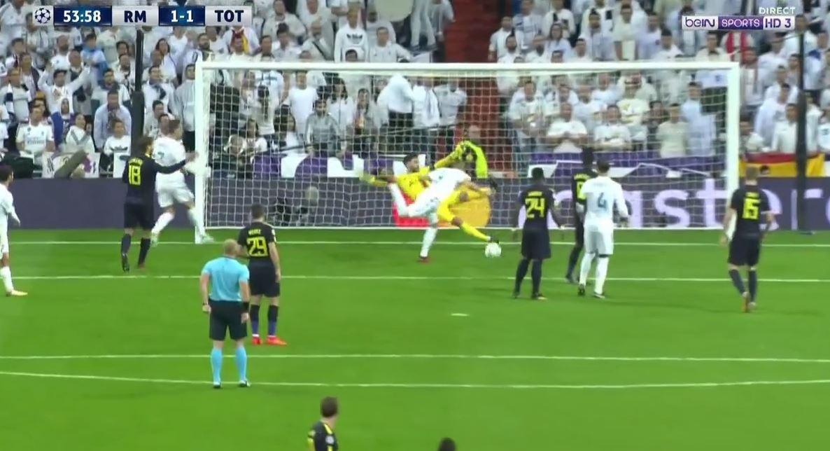 Lloris manages to dig the ball away