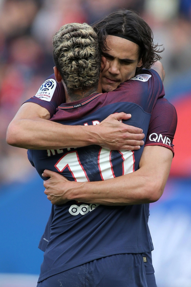 Edinson Cavani and Neymar share an embrace after recent disputes over who should take set pieces