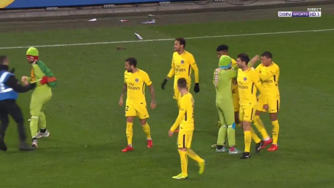 Neymar shines on PSG return