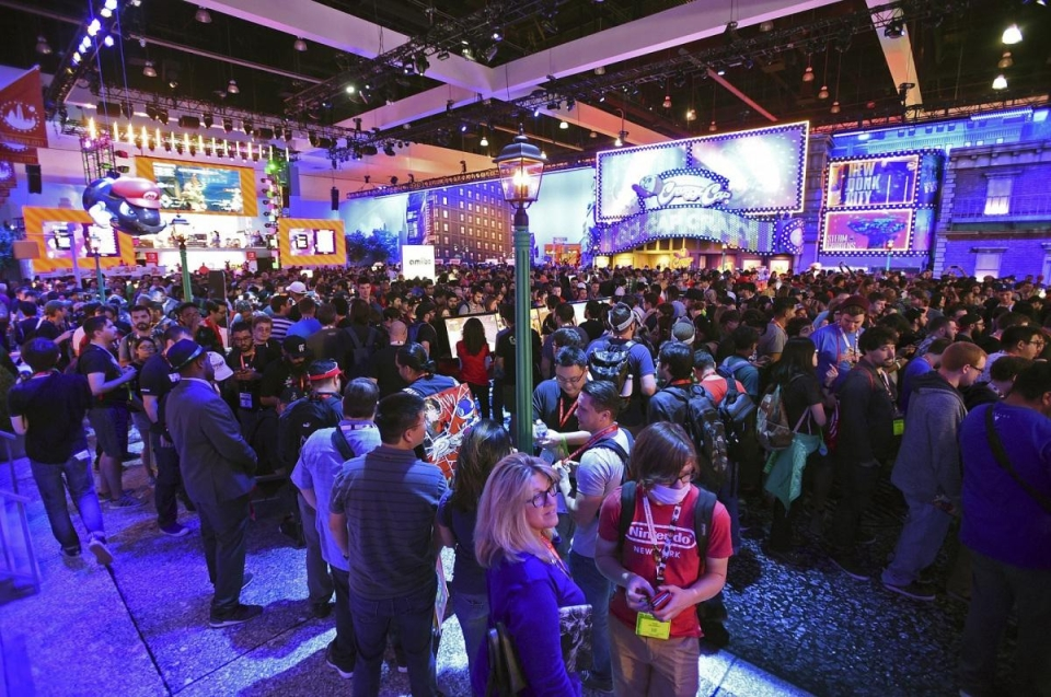 Thousands head to the LA Convention Center