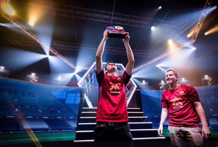Rannerz holding his Gfinity trophy