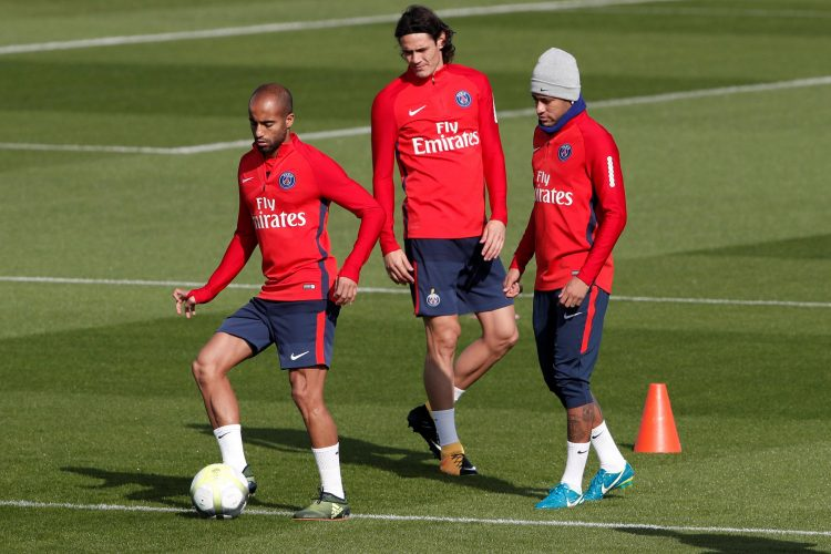 Why are Neymar and Cavani looking at thin air?