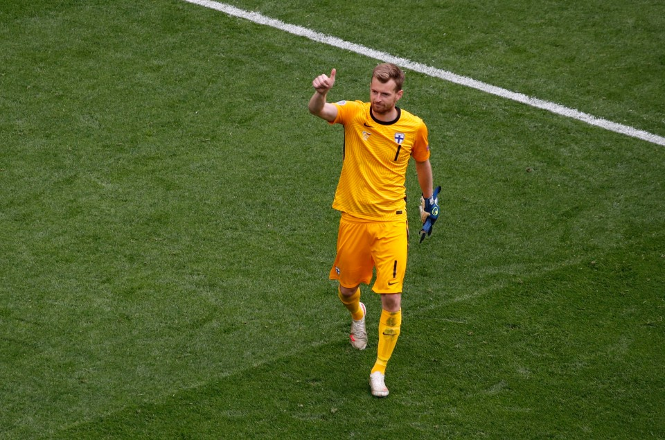 Short-sleeved goalkeepers are not to be trusted (except for Iker Casillas and Gigi Buffon)